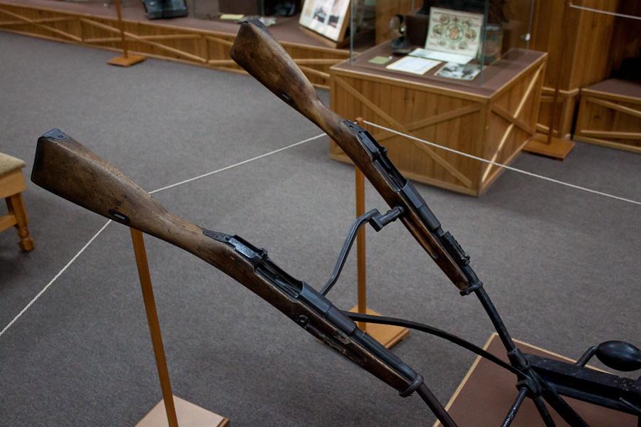 Колеса от тачанки, рукояти - винтовки Мосина, ручки - гранаты, грядиль плуга - часть рельсы от узкоколейки. Крепление колес с грядилью выполнено из частей затвора пулемета Максим.