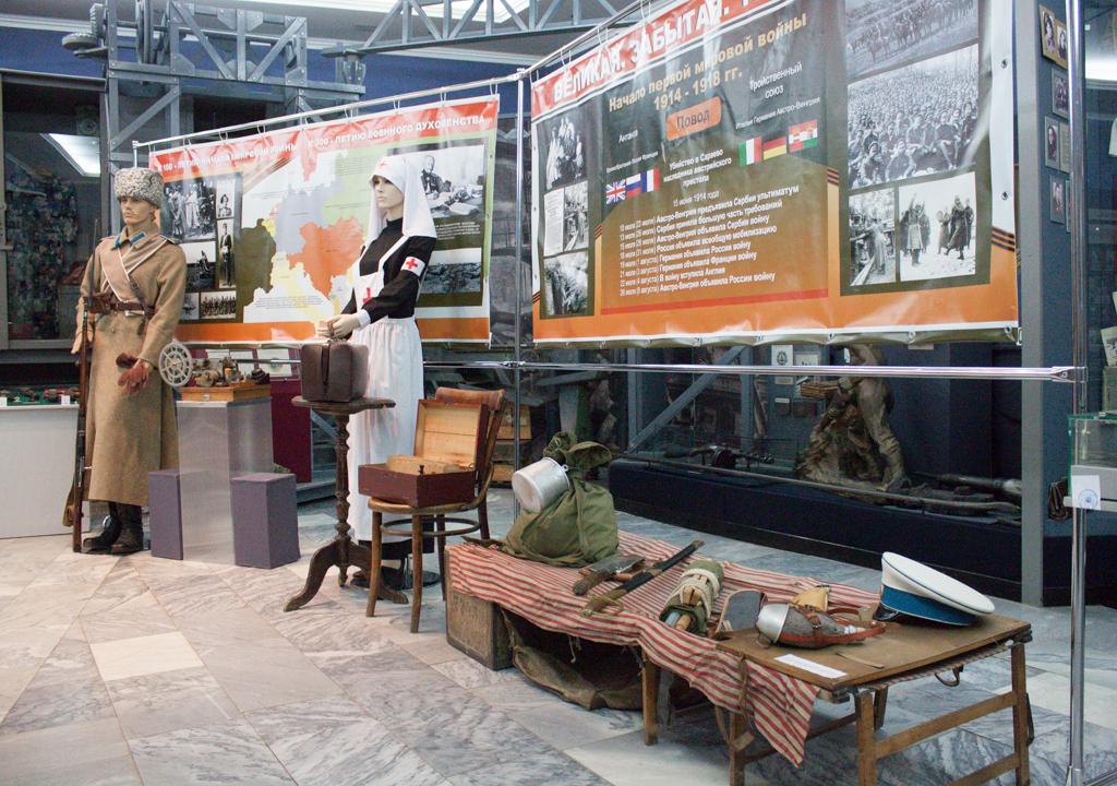 Манекен 12 драгунский Стародубовский полк, офицерская походная кровать и ряд предметов