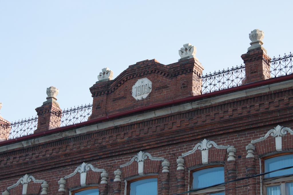Царские орлы на крыше здания.