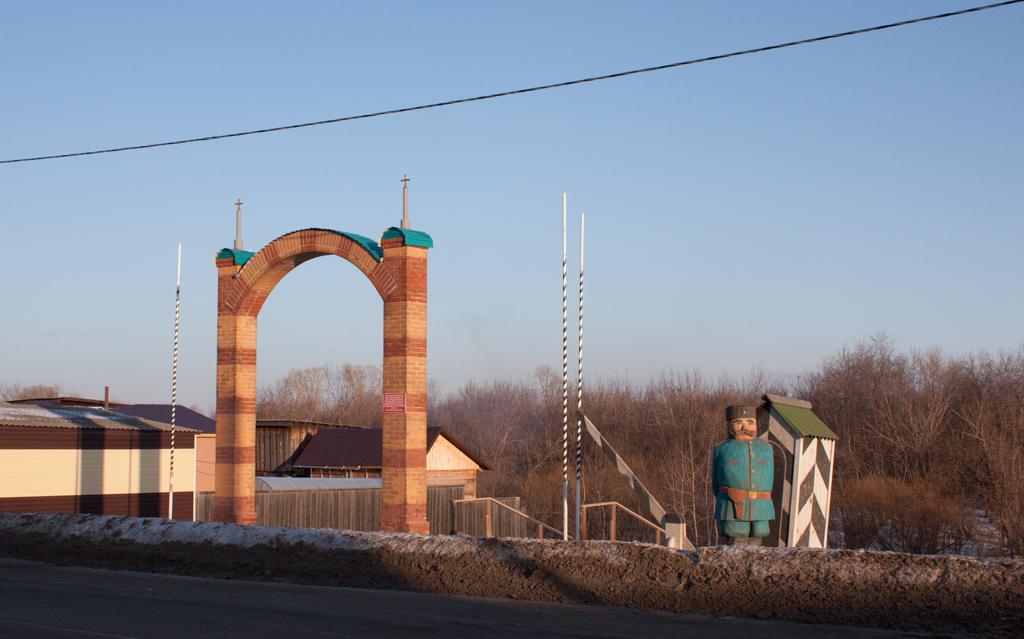 Современная мариинская триумфальная арка на месте встречи Николая II.