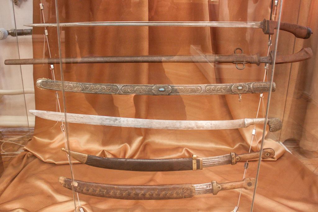 Два нижних клинка – кинжалы-бебуты обр. 1907 г., над ними сувенирная шашка с Кавказа, вверху неизвестное оружие