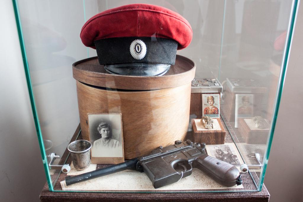 Маузер Denix среди экспонатов томского музея